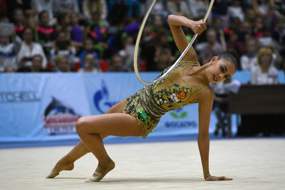 Margarita Mamun fait un exercice au cerceau lors de l'épreuve combinée du championnat russe de gymnastique rythmique à Sotchi, le 16 avril 2016