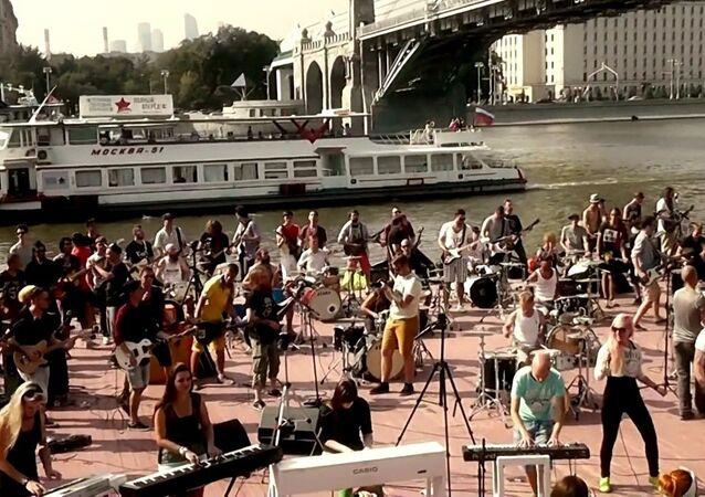 Des centaines de musiciens jouent une chanson de Bon Jovi