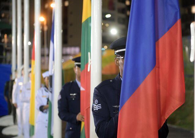 La levée des drapeaux au Village olympique de Rio