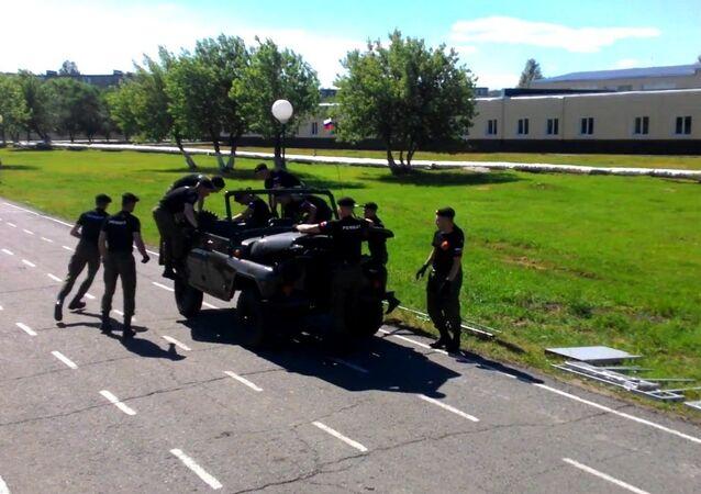 Ces cadets russes démontent une voiture entière en 3,5 minutes