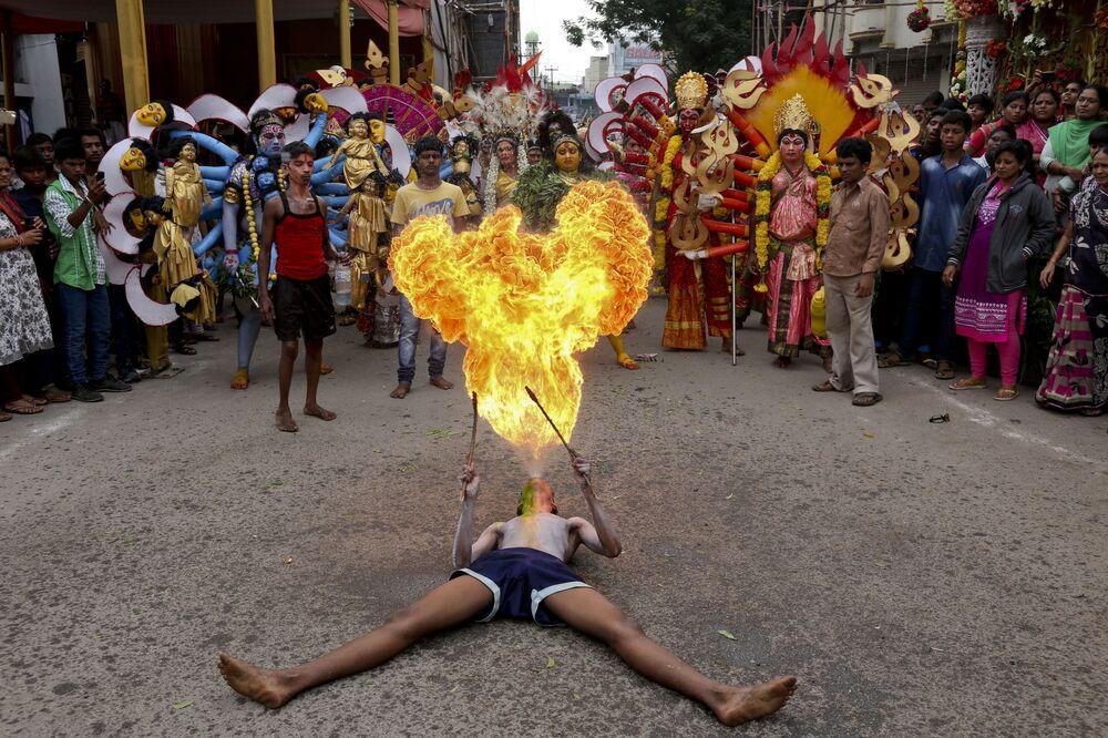 Des résidents de la ville indienne de Hyderabad lors du festival Bonalu qui commémore la déesse de la force et du chaos Mahakali.