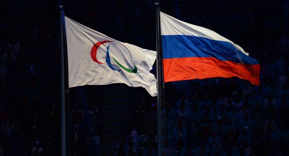 Le drapeau paralympique avec le drapeau russe
