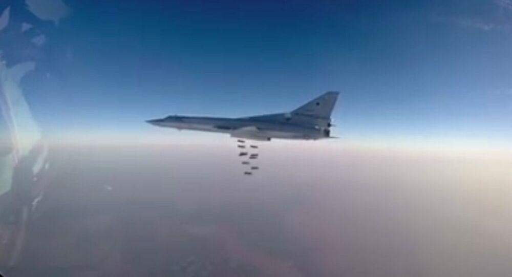 Des bombariders russes détruisent une usine chimique de Daech en Syrie