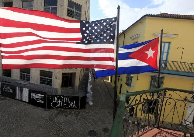 Un drapeau cubain et un drapeau américain au balcon d'un restaurant de La Havana, 19 mars 2016.