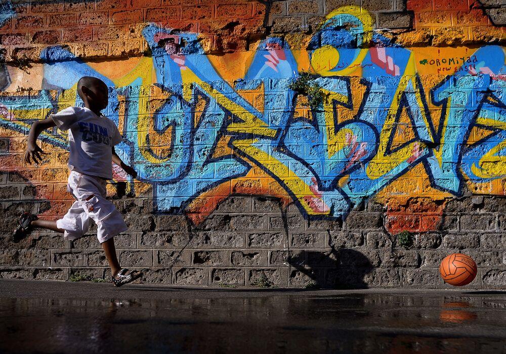 Un garçon dans un camp de réfugiés près de la gare de Rome-Tiburtina