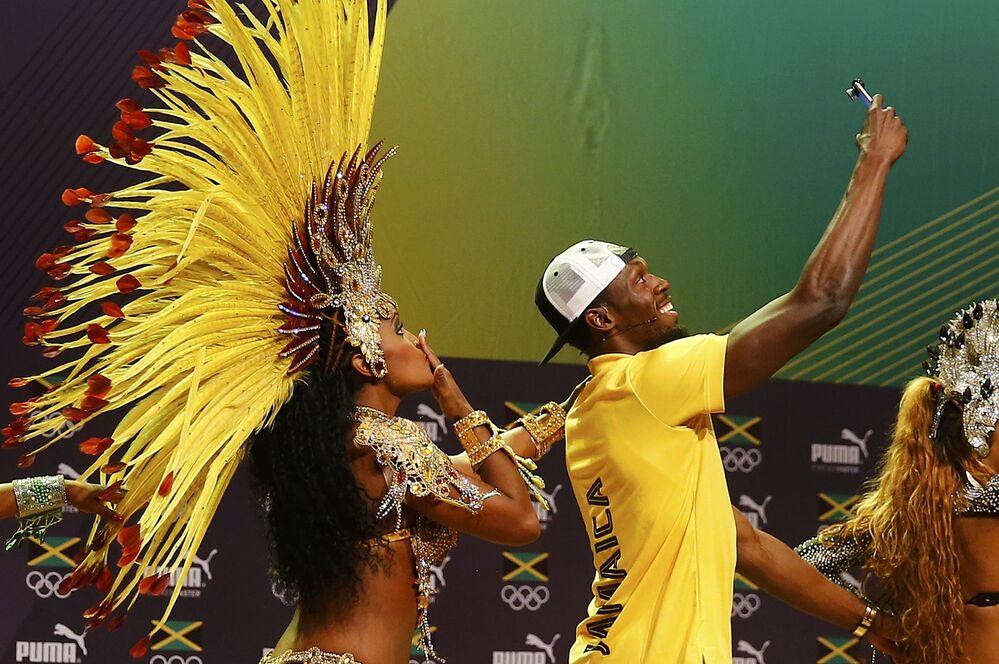 L'athlète jamaïcain Usain Bolt danse la samba lors d'une conférence de presse à Rio de Janeiro