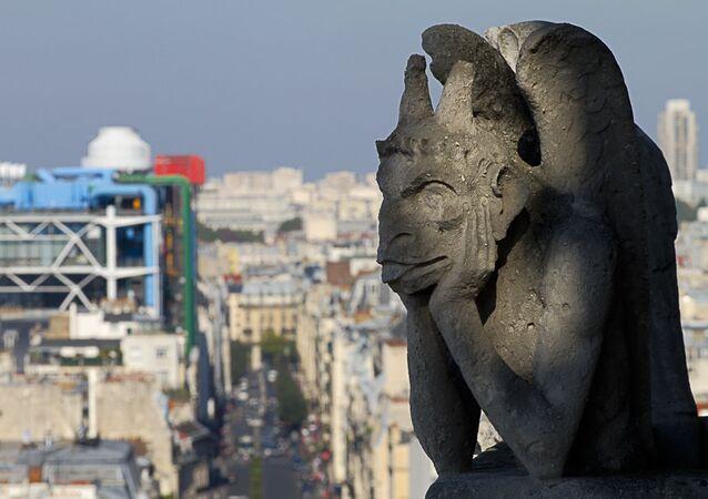 Une chimère de Notre-Dame de Paris et  le centre Pompidou
