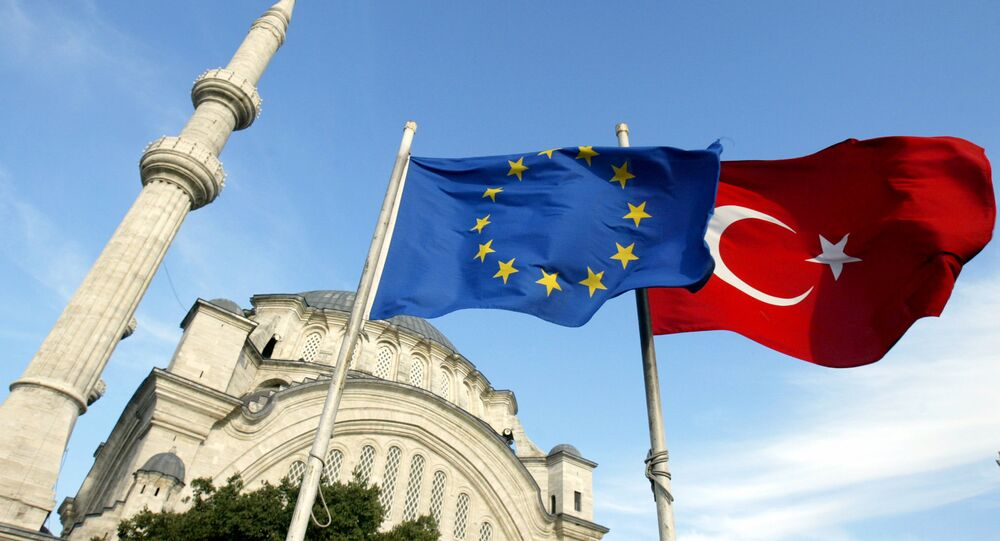 Les drapeaux de la Turquie, à droite, et de l'Union européenne sont vus devant une mosquée à Istanbul, Turquie
