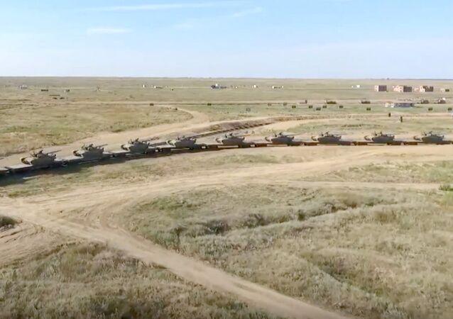 Un train blindé russe traverse la Volga