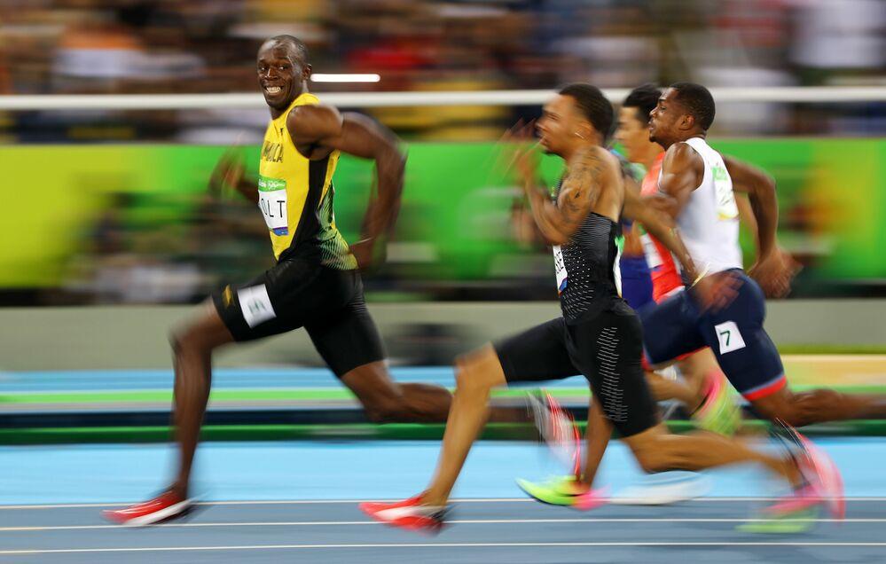 Usain Bolt (Jamaica) pendant la course finale du 100 m lors des compétitions entre les hommes durant les Jeux olympiques de Rio de Janeiro