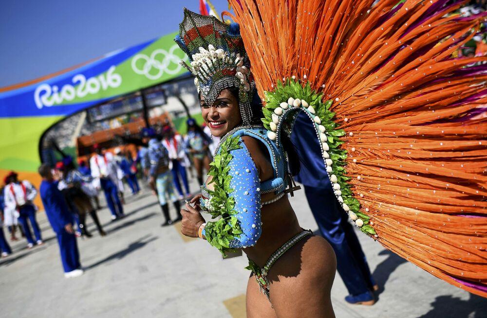 Une danseuse de samba à Rio de Janeiro
