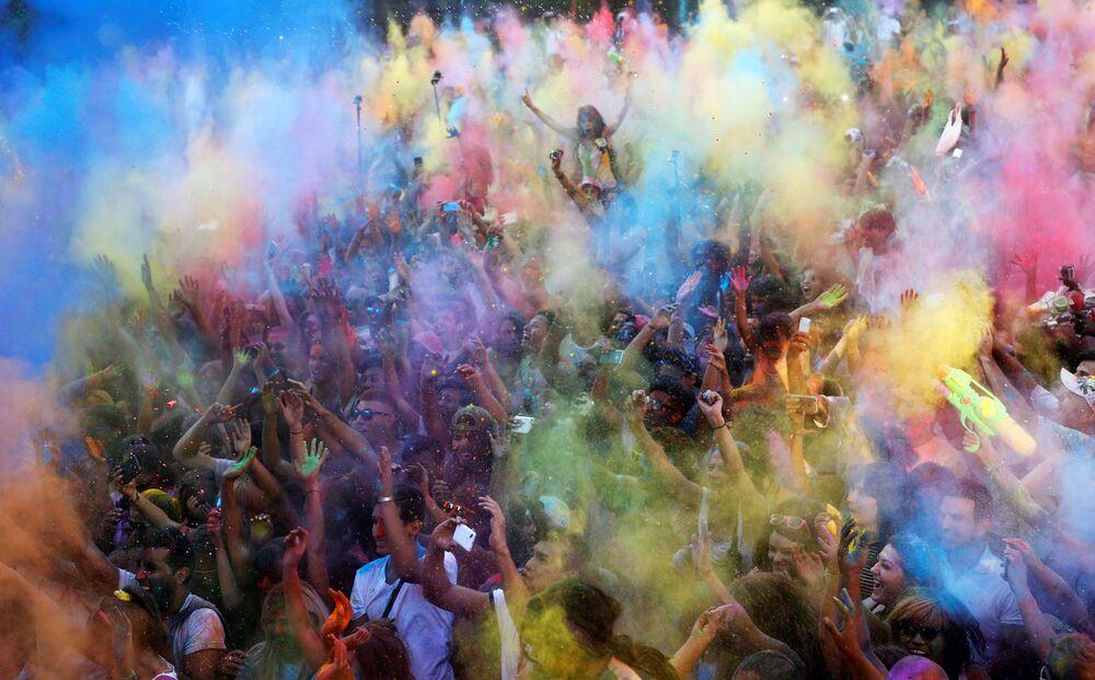 Des participants du festival Monsoon Holi à Madrid en Espagne