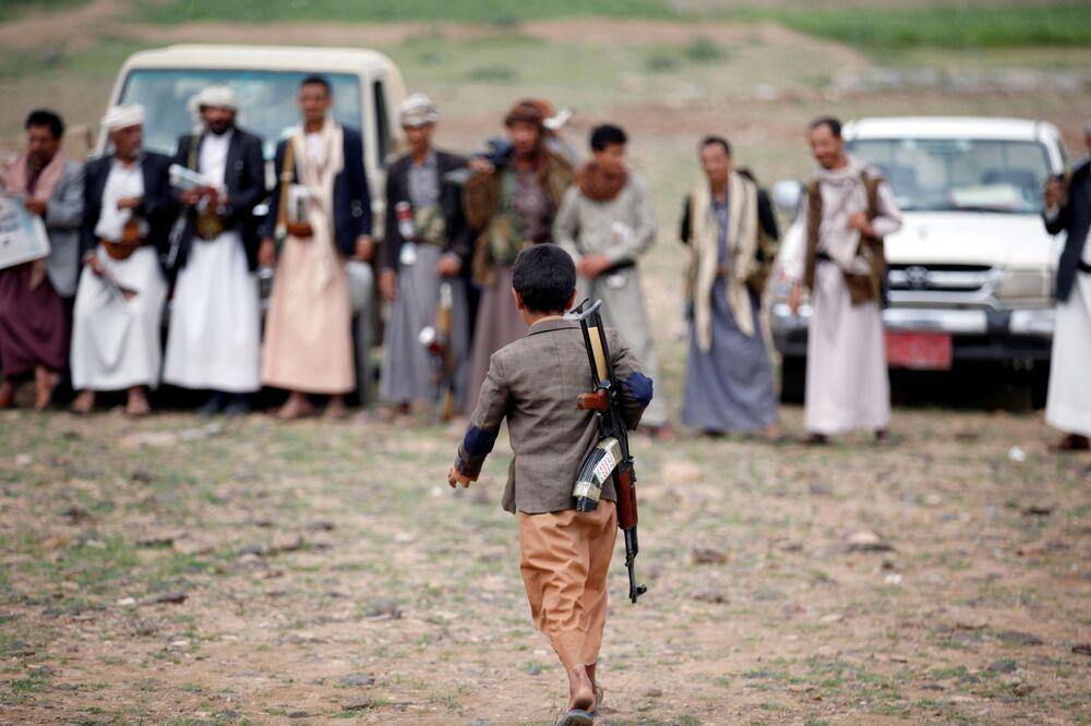 Un garçon armé au Yémen