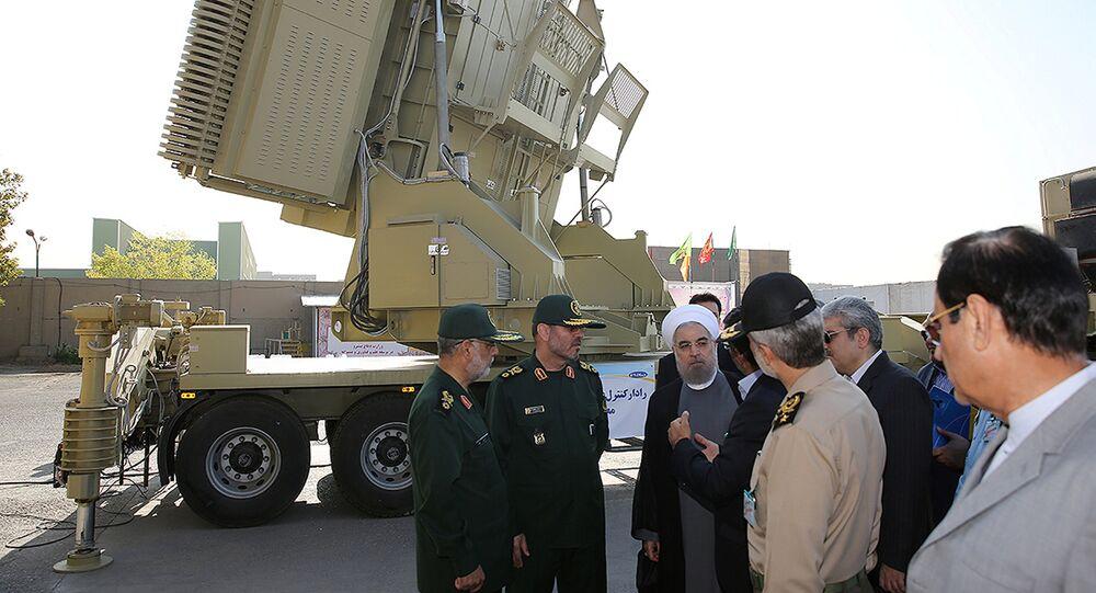 Le Président iranien Hassan Rouhani et le ministre iranien de la Défense Hossein Dehghan près du système antiaérien Bavar-373 à Téhéran, le 21 août 2016