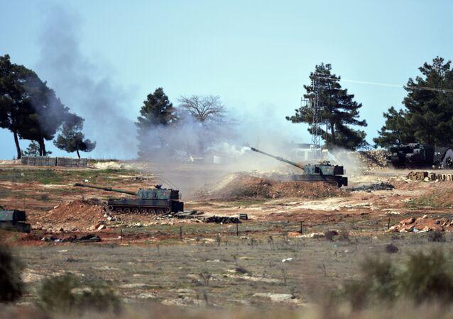 Les militaires turcs frappent les forces kurdes au nord de Manbij, Syrie