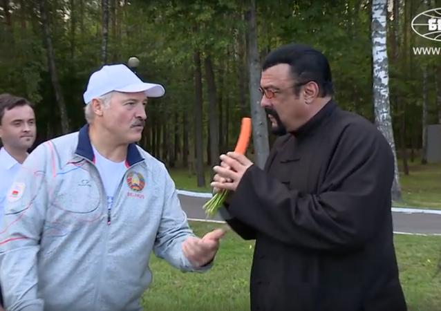 Quand Steven Seagal distribue de la soupe dans une cantine en Biélorussie