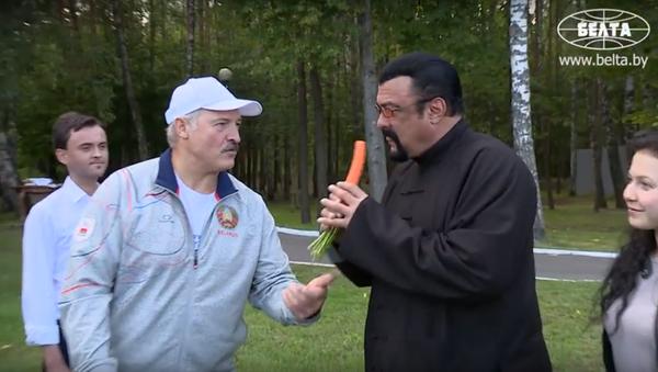 Quand Steven Seagal distribue de la soupe dans une cantine en Biélorussie - Sputnik France