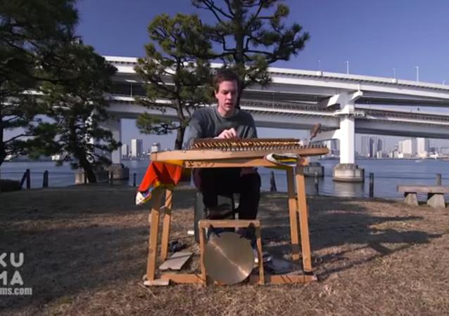 Un piano créé avec des baguettes japonaises
