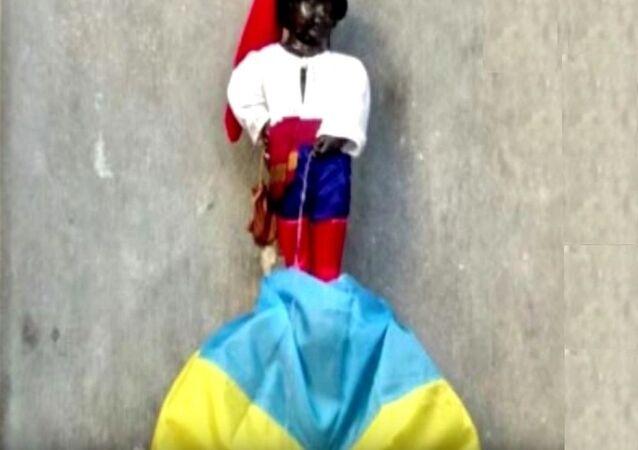 Le Manneken-Pis, la plus célèbre statue bruxelloise, a revêtu un costume de cosaque