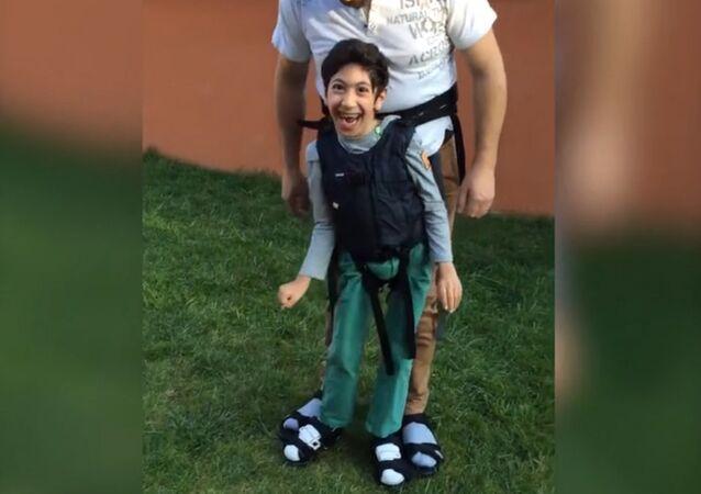 La réaction adorable d'un garçon paralysé faisant ses premiers pas