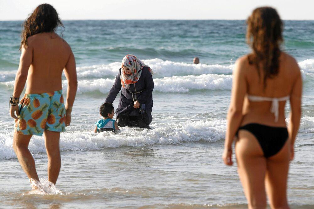 Une femme portant un burkini sur la plage de Tel-Aviv en Israël