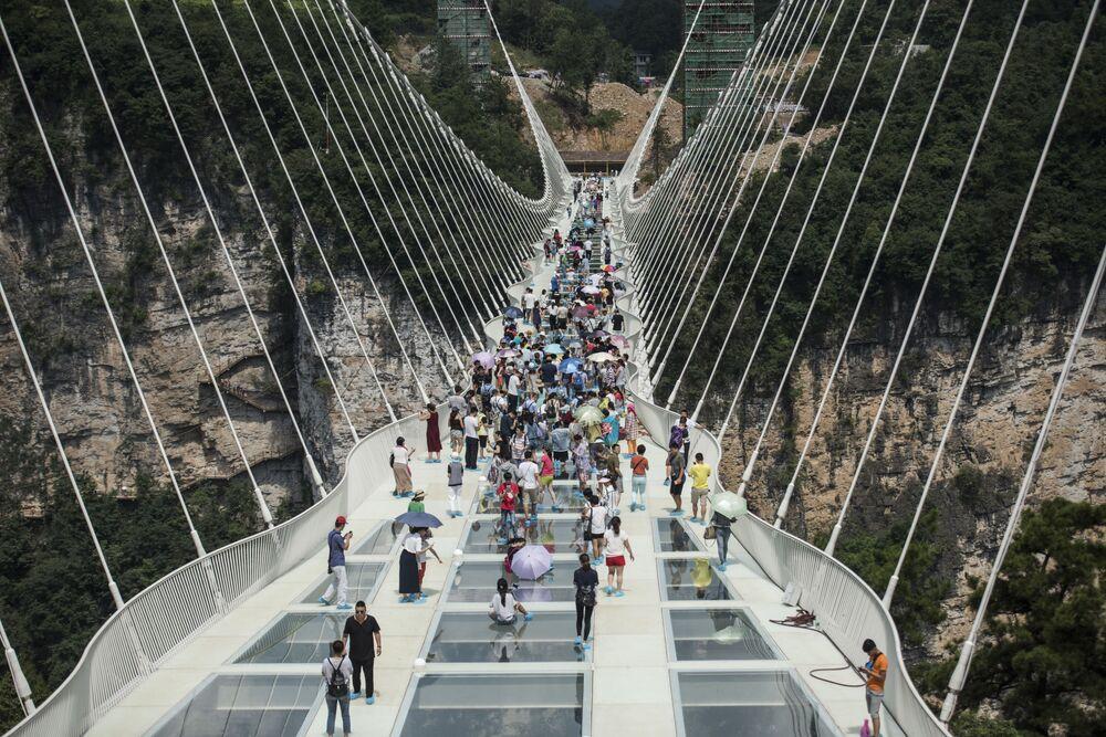 Le pont en verre le plus long du monde a été ouvert au public le 20 août en Chine