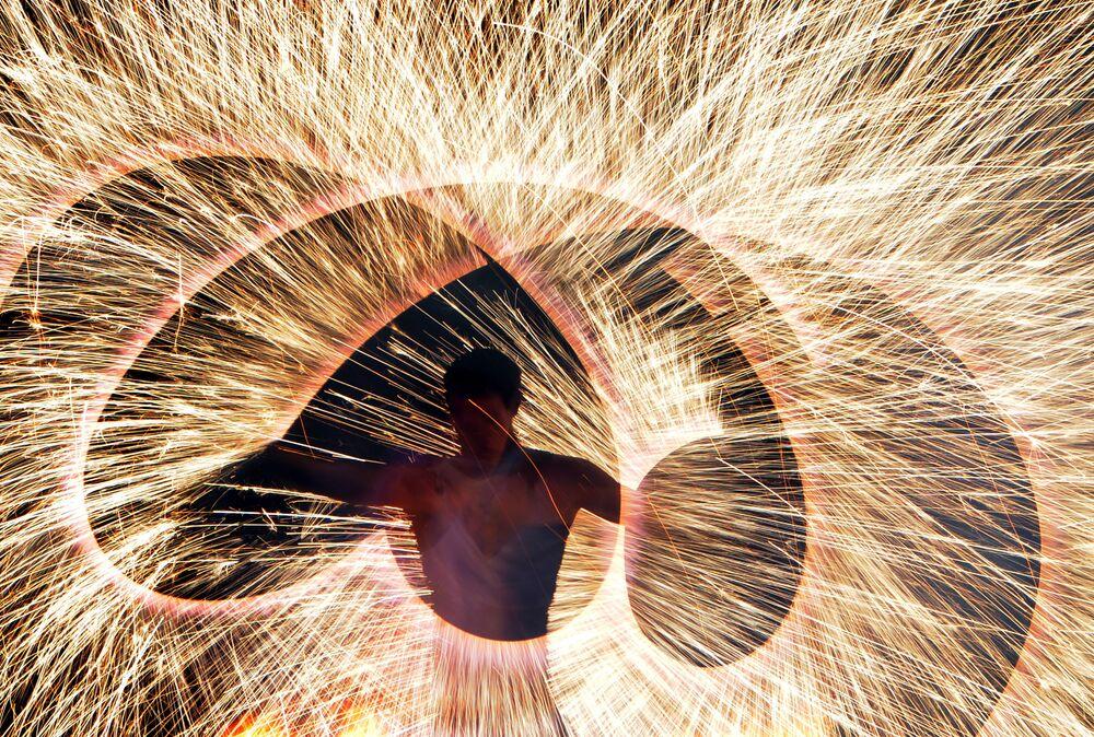 Un participant du Festival international du feu à Minsk (Biélorussie)