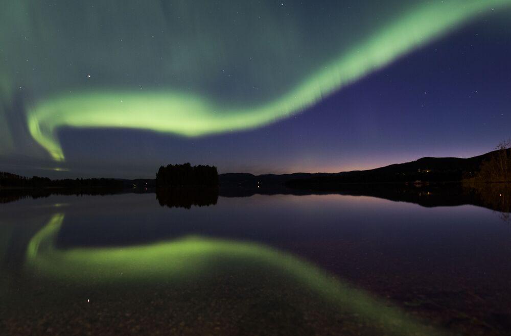 Une aurore polaire dans le village suédois d'Erikslund