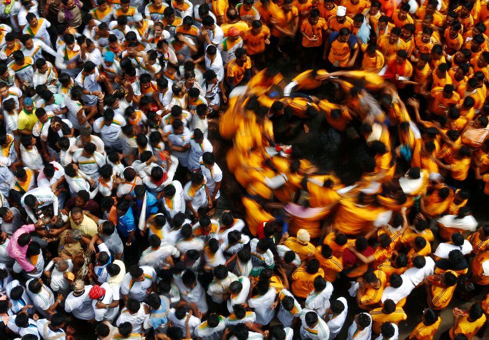 Une danse rituelle lors de la fête de Janamashtami en Inde