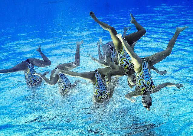 Les sportives de l'équipe de Chine lors des compétitions de natation synchronisée lors des JO de Rio. La photo est inclinée à 180 dégrés