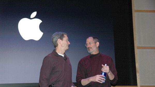 Tim Cook et Steve Jobs - Sputnik France