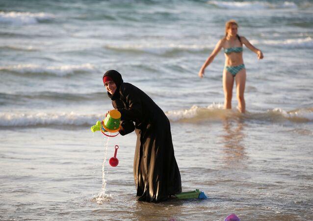 une femme en burkini