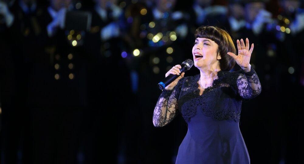 Mireille Mathieu au Festival international de musique militaire Tour Saint-Sauveur