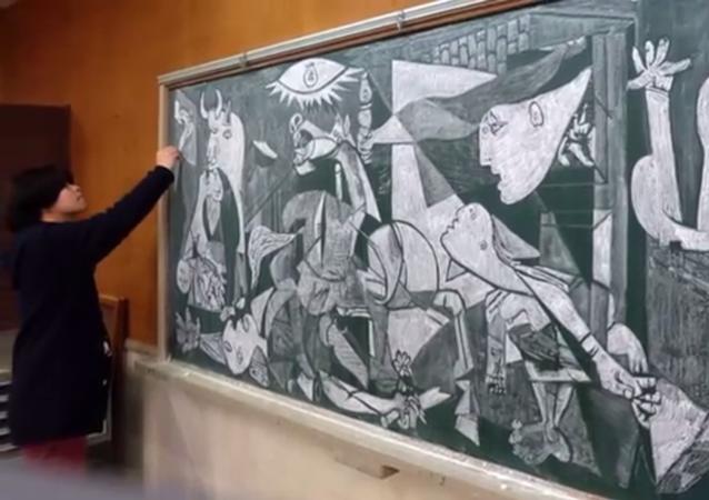 Un professeur Japonais dessine à la craie en classe