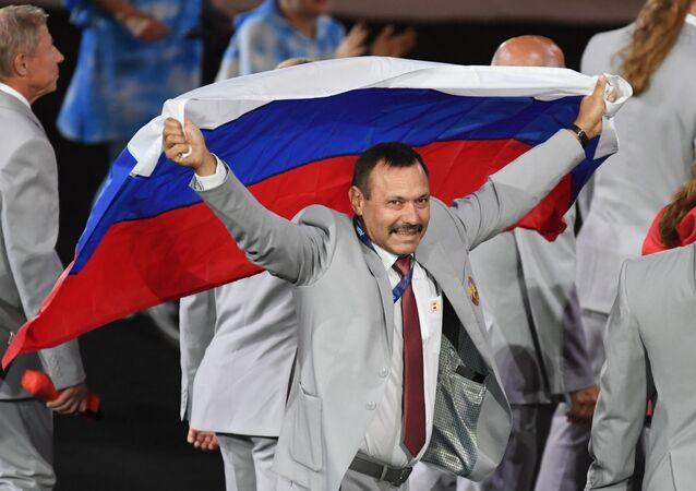 Drapeau russe aux Jeux paralympique de Rio: Un héros est né