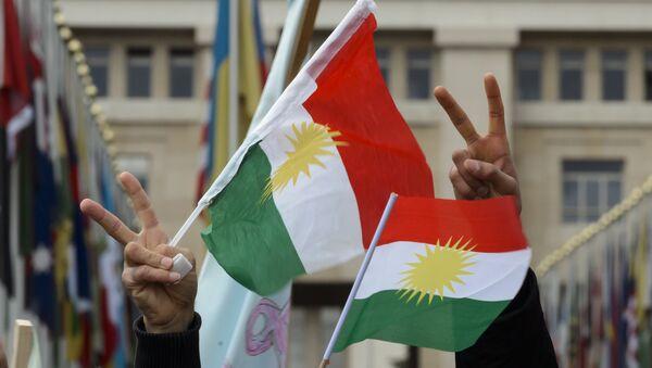 Des Kurdes de Syrie  brandissent les drapeaux du Kurdistan - Sputnik France