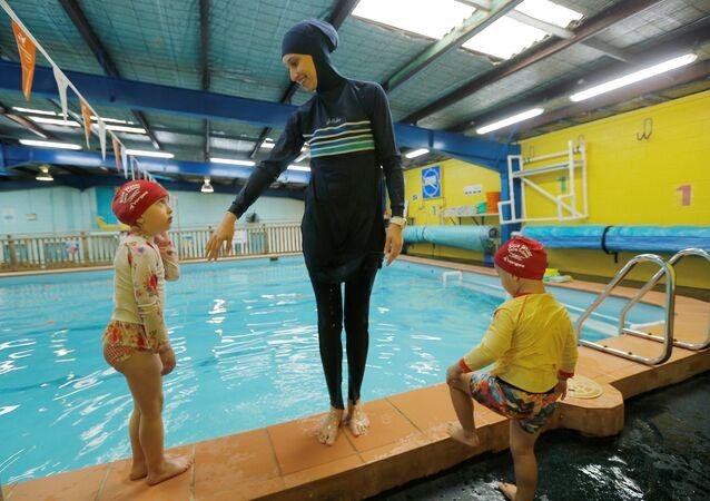 Vienne: une piscine interdit le burkini, des musulmans manifestent