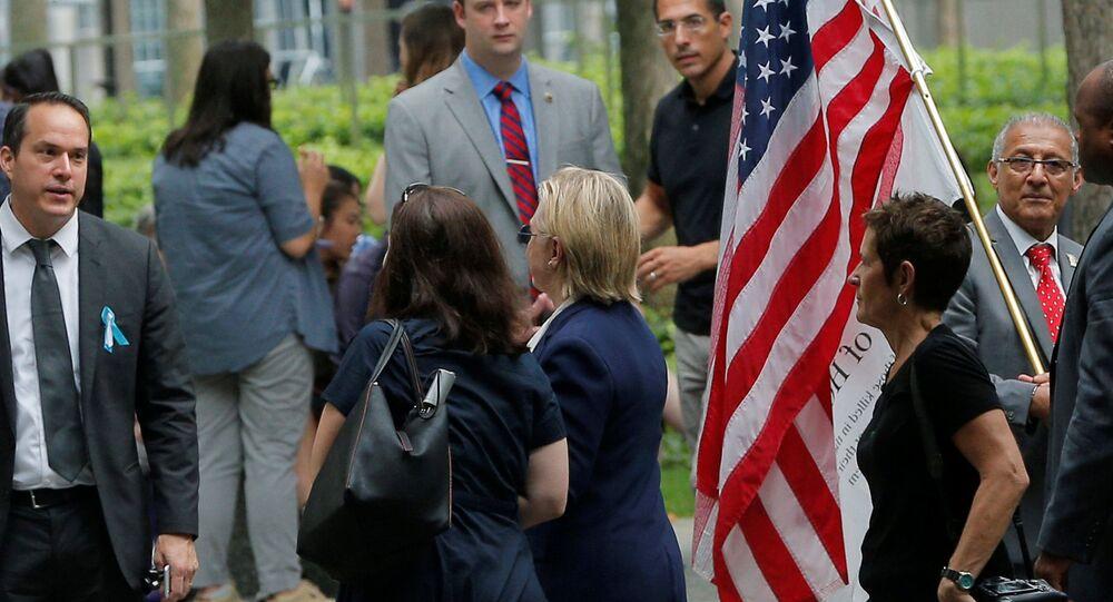 e candidat à la présidentielle Hillary Clinton à New York le 11 Septembre, 2016, après avoir quitté les cérémonies commémorant le 15e anniversaire des attentats du 11 septembre en se sentant surchauffée