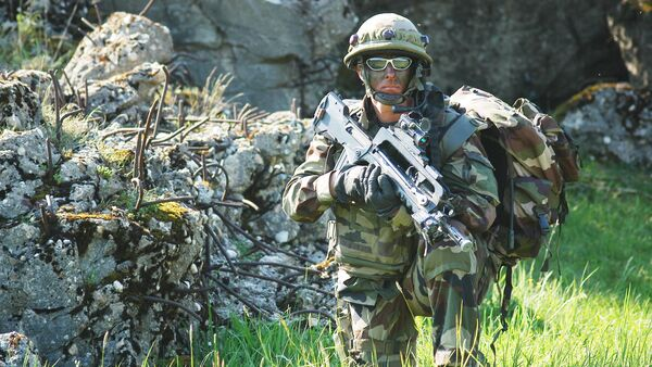 Soldat français armé de FAMAS - Sputnik France