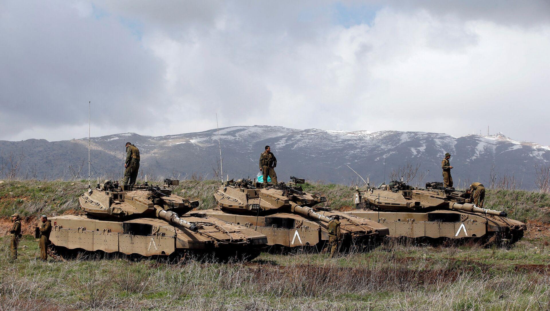 Des soldats israéliens au sommet de chars sur le plateau du Golan, près de la frontière entre Israël et la Syrie - Sputnik France, 1920, 03.09.2021