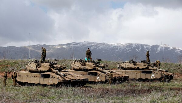 Israeli soldiers stand atop tanks in the Golan Heights near Israel's border with Syria - Sputnik France