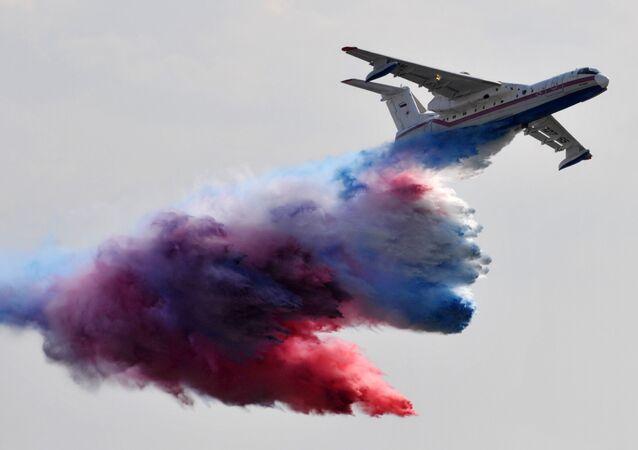 L'avion amphibie russe Be-200 en action