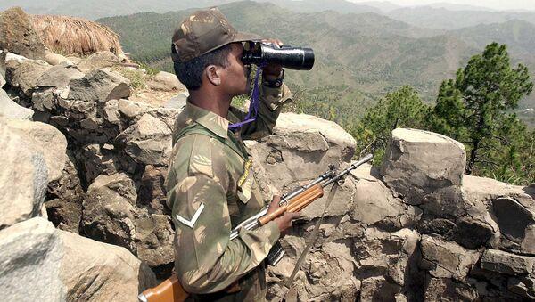 Un soldat indien observe la ligne de contrôle - Sputnik France