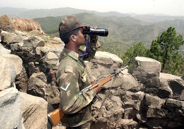 Un soldat indien observe la ligne de contrôle
