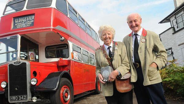 A 82 ans, Il achète un bus similaire à celui où il a connu sa femme - Sputnik France