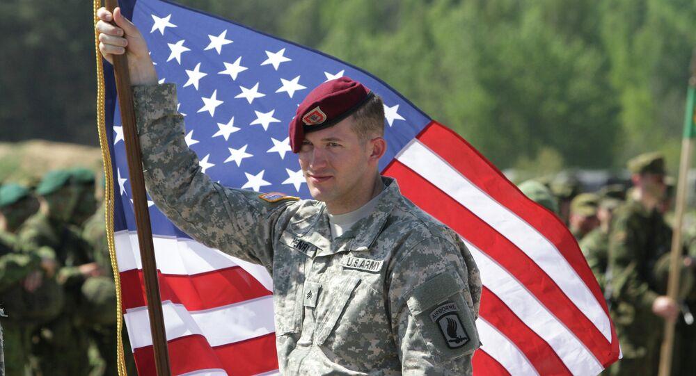 Un soldat de l'armée US avec un drapeau