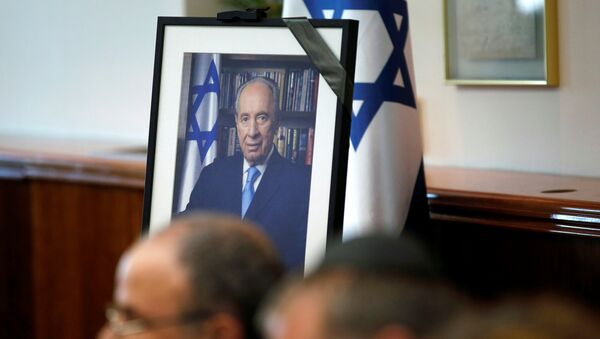 A photograph of former Israeli President Shimon Peres is seen during a special cabinet meeting to mourn the death of Peres, in Jerusalem September 28, 2016. - Sputnik France