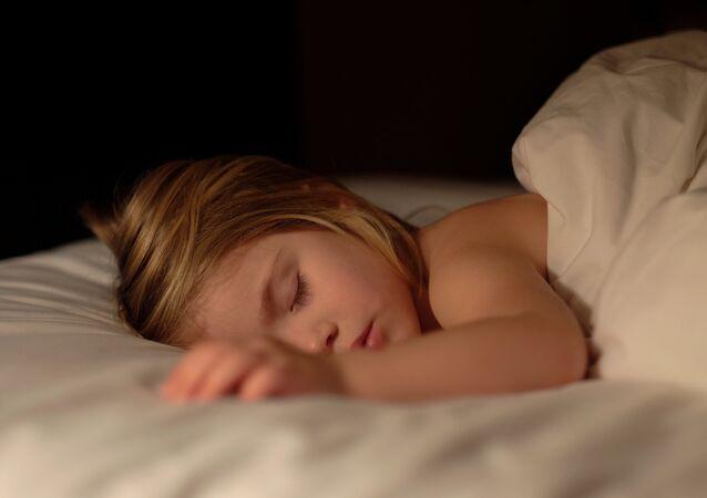 Un enfant endormi / image d'illustration