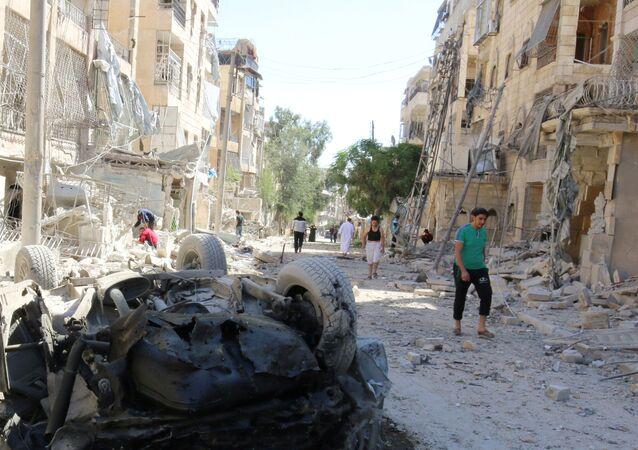 Les dégâts causés par un raid aérien contre un quartier contrôlé par les terroristes près d'Alep