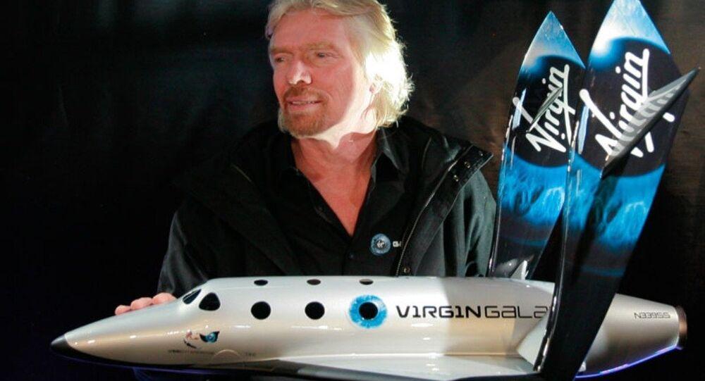 Richard Branson avec un modèle de SpaceShipTwo